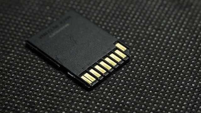 SD kaart contactpunten op bank zwart
