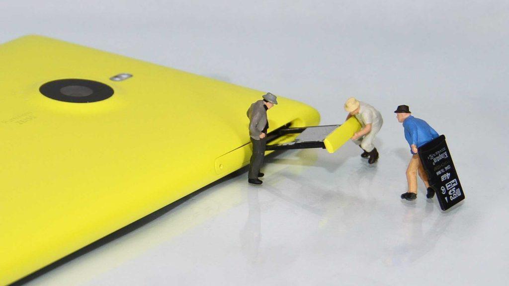SD-kaart vast in gele mobiel mannen los halen