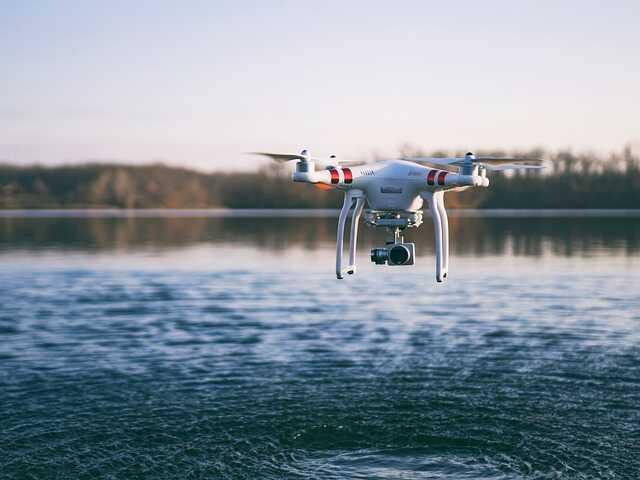 drone laag over water vliegen vissen