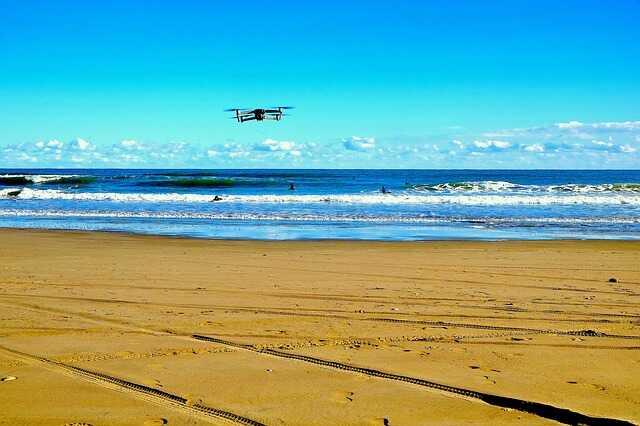 drone strand vliegen warm weer