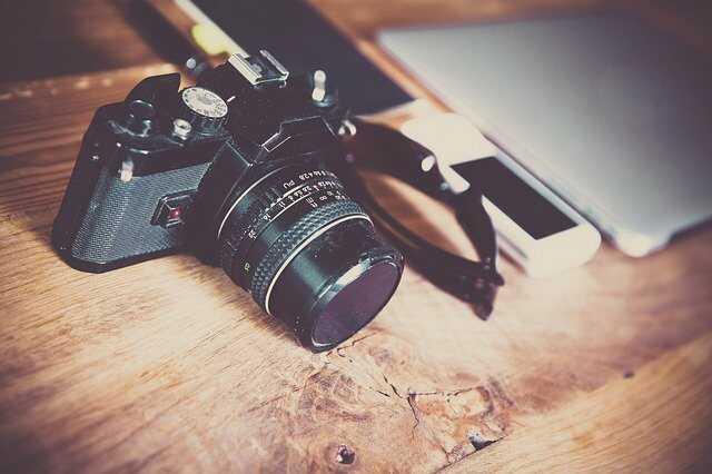 fotocamera houten tafel