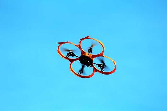 oranje drone onder 200 euro blauwe lucht