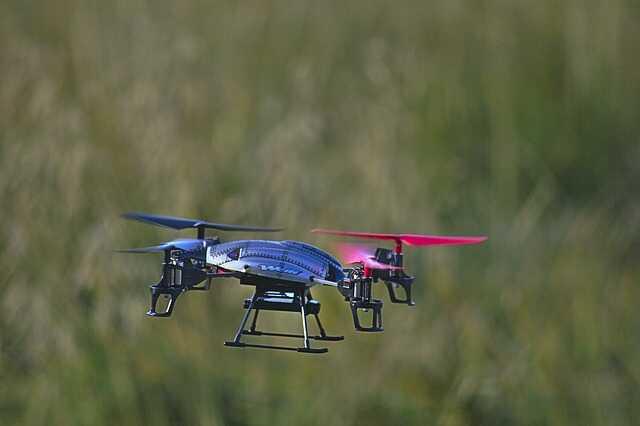speelgoeddrone in de lucht headless mode