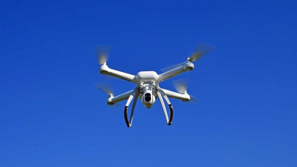 witte drone in de lucht vliegen